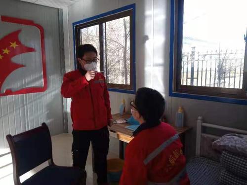 肃沙公路项目值班人员测量体温.JPG